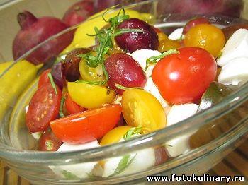 Салат c моцареллой, виноградом и помидорами