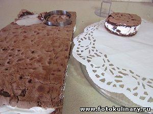 Пирожное шоколадное с ягодами