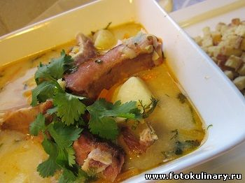 Суп гороховый с копчеными ребрышками и плавленым сыром
